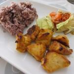 タンドリーチキン、サラダ、五穀米。