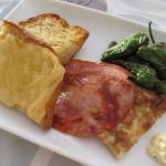ジャンク飯:ししとうの揚げ物、ロモ・アドバド、スペイン風オムレツ、チーズトースト。