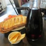 ワイン(これ1人分)とパン・コン・トマテ。
