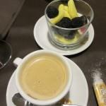 食後のコーヒーを頼んだら、スペイン人が大好きなマシュマロやらグミが出てきました。