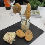 Croqueta de pericana y brandada de bacalao。もっちりした揚げてある小麦粉の生地にタラのブランダーダを付けてたべます。