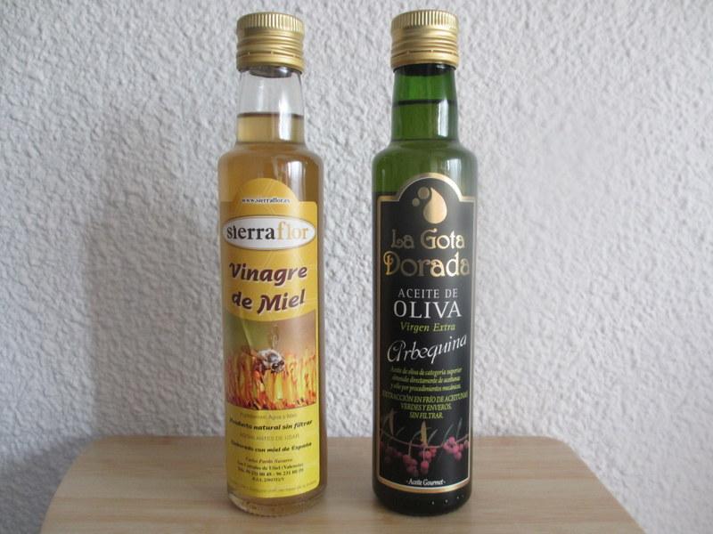 左のきれいなはちみつ色のボトルがお酢です。