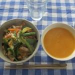 何か炒めたものをのせた丼に、かぼちゃのスープ。