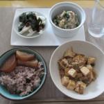 麻婆豆腐、長芋、ホウレンソウ、ツナ、大根おろしのサラダ、大根の照り焼き、五穀米。