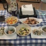 エビとキノコのアヒージョ、長芋とアボカドのサラダ、大根おろし・ホウレンソウ・ツナのサラダ、トマトとチーズのスクランブルエッグ、おにぎり。
