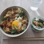 冷凍しておいた残り物天ぷらで天とじ丼と大根おろし・ホウレンソウ・カニカマのサラダ。