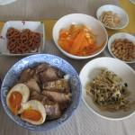 煮豚丼(味付け卵)、もやしのナムル、ニンジンサラダ...と、なぜかナッツなど。