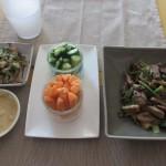 牛肉・ねぎ・キノコの炒め物、スティックサラダ、大根おろし・ホウレンソウ・ツナのサラダ。