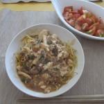 残り物麻婆豆腐を使ったあんかけ焼きそば、トマトのサラダ。