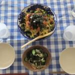 サーモンのちらし寿司、キュウリとわかめの酢の物。