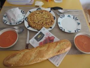 スペイン風オムレツ、サルモレホ、チョリソ、パン。