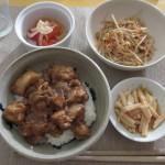 鶏肉とナスの甘辛炒め丼、長芋、トマトのサラダ、もやしと桜海老の和え物。