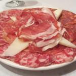 ハム、チョリソ、チーズなどの盛り合わせ。