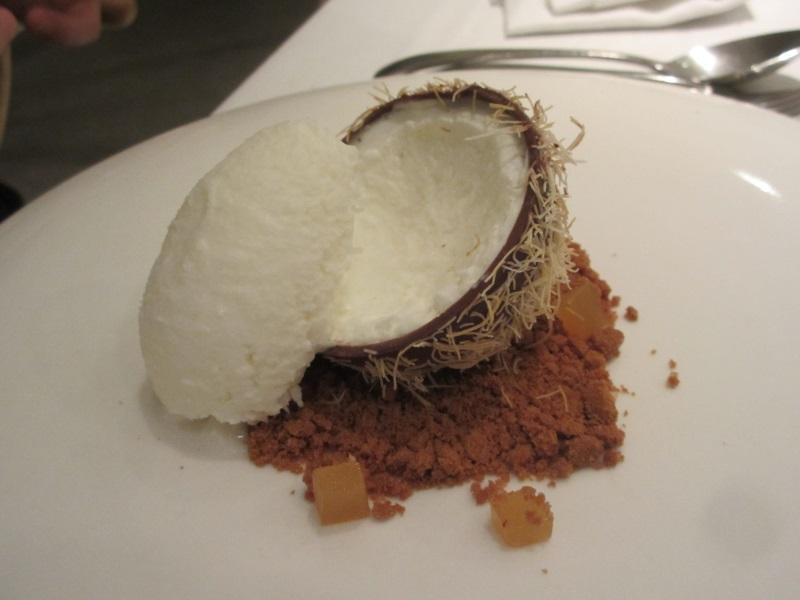ココナッツの殻に見立てた楽しいデザート。味も良し!