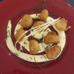 バレンシアでよく食べるタラのブニュエロとアリオリソース。