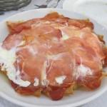 揚げたジャガイモに目玉焼き+生ハム。