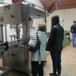 ボトルにワインを詰める機械。