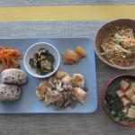 鶏肉ときのこダネの炒め物、大根の煮物、揚げナスの甘酢合え、ニンジンのきんぴら、もやしの中華風サラダ、豆腐・ネギ・わかめの味噌汁、おにぎり。