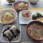 揚げ豆腐のおろしあんかけ、大根とニンジンの煮物、スクランブルエッグに、ナスの甘酢合えをかけたもの、中華風サラダ、豆腐・油揚げ・ネギの味噌汁、おにぎり。