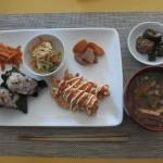 鶏ささみの唐揚げ、中華風もやしサラダ、ニンジンと大根の煮物、ニンジンのきんぴら、揚げナスの甘酢合え、大根と油揚げの味噌汁。