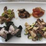 鶏ささみ・きのこだね・ズッキーニの炒め物、ピーマンのおかか和え、揚げナスの甘酢合え、ニンジンと大根の煮物、おにぎり。