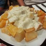 揚げたジャガイモにチーズのソースをかけた物。