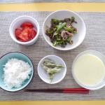 豚とピーマンの炒め物、トマト、インゲンの胡麻和え、カリフラワースープ、白ご飯。