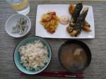 鶏ささみの海苔から揚げ、スクランブルエッグ(?)、インゲンの胡麻和え、味噌汁、玄米