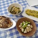 鶏ささみとキノコの炒め物、長芋ときゅうりの麺つゆあえ、ニラいり卵焼き、しし唐の煮びたし。