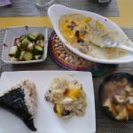 鶏肉とカリフラワーのグラタン、長芋ときゅうりの麺つゆあえ、具だくさん味噌汁、おにぎり。