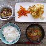 カリフラワーのカレーフリッター、肉豆腐、ニンジンのきんぴら、大根、ニンジン、ネギの味噌汁、白ご飯。