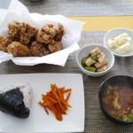 から揚げ、カリフラワーのマリネ、長芋ときゅうりの麺つゆあえ、ニンジンのきんぴら、具だくさん味噌汁、おにぎり。