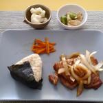 生姜焼き、カリフラワーのマリネ、長芋ときゅうりの麺つゆあえ、ニンジンのきんぴら、具だくさん味噌汁、おにぎり。