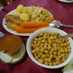 豆と野菜。お好みでトマトソースやオリーブオイルををどうぞ。