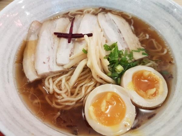 「Ryukishin(龍旗信)」の醤油ラーメン。