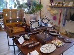 Capicúaのアクセサリーは、お店の中央の大きなテーブルにディスプレーされていました。