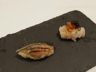 左:マテ貝とウニの握り、右:サバの握り。