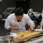 料理する姿が美しい遠藤シェフ。