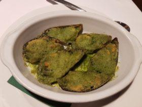 ムール貝。エスカルゴみたいに、パン粉・バター・パセリを載せてオーブン焼き。