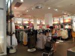 H&Mの店内。これは朝の画像ですが、どんどん戦場のように荒れていきます。