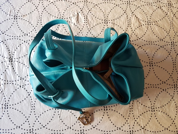 Pelletteria Venetaのターコイズブルーのトートバッグ。