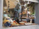 バレンシアのパン屋のウィンドー。スカーフとマサパンが売られています。