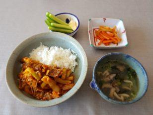 豚キムチ丼、キュウリとマヨネーズ、ニンジンとセロリのキンピラ、キノコと青梗菜のスープ。