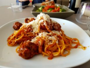 ミートボールスパゲティとサラダ。