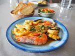 スペイン風魚介の煮込み、サラダ、パン。