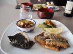 イワシの竜田揚げ、きゅうり・くらげ・鶏むね肉の和え物、チンゲン菜とさくらえびの炒め物、キノコとねぎのスープ、おにぎり。