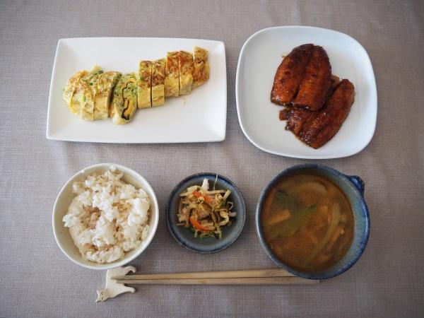 サバのかば焼き、チーズと海苔入り卵焼き、中華風スープ、キャベツ・キュウリ・かにかまの酢の物。