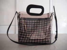 MANGOのプラスサイズブランドVIOLETAのビニールバッグ。