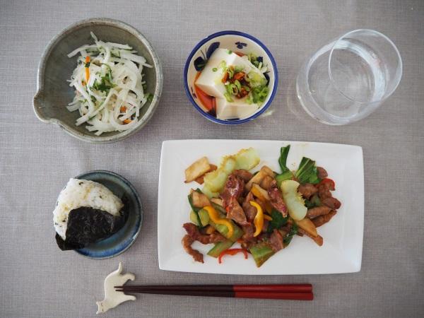 イベリコ豚とカラフル野菜の炒め物、冷ややっこ+ネギ&食べるラー油、大根・かにかま・パクチーの和え物、おにぎり。