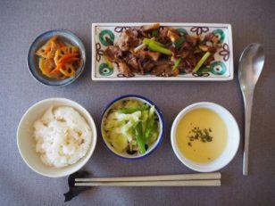 イベリコ豚、ネギ、シイタケの炒め物、冷製コーンスープ、キャベツとピーマンのナムル、ニンジンとレンコンのキンピラ。
